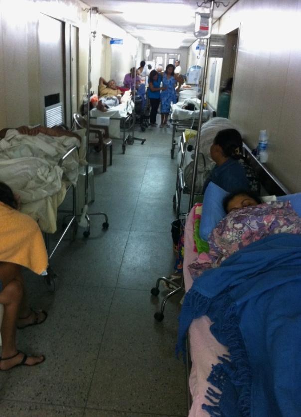 4mai2012---com-superlotacao-pacientes-do-maior-hospital-do-rio-grande-do-norte-o-walfredo-gurgel-em-natal-acabam-sendo-atendidos-nos-corredores-1336095917763_650x900