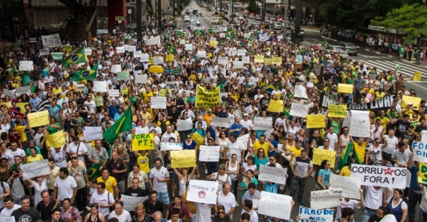 1nov-2014---manifestantes-contrarios-a-reeleicao-da-presidente-dilma-rousseff-pt-realizam-um-protesto-na-avenida-paulista-regiao-centro-sul-da-capital-paulista-o-grupo-pede-o-impeachment-de-dilma-e-1414864022062_956x500
