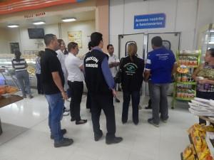 Foto-1-Emilly-Castelo-Branco-Procon-e-Vigilância-Sanitária-fiscalizam-supermercado-300x225